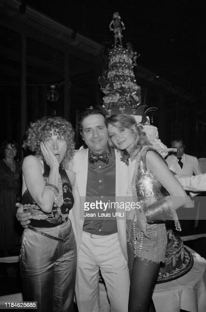 Jean Yanne et sa compagne Mimi Coutelier lors d'une soirée disco au TNP pendant le tournage de son film 'Je te tiens tu me tiens par la barbichette'...