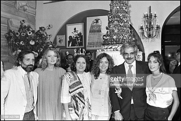 Jean Yanne his wife Mimi Coutelier Andrea Ferreol Yanou Collard Omar Sharif and Anne Parillaud celebrate Yanou Collard's birthday in 1980