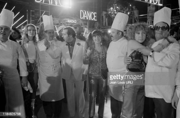 Jean Yanne Paul Bocuse et Mimi Coutelier lors d'une soirée disco au TNP pendant le tournage du film 'Je te tiens tu me tiens par la barbichette' à...