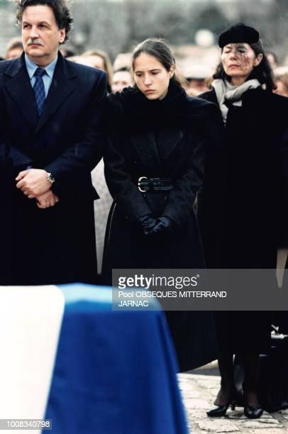 JeanChristophe Mitterrand Mazarine Pingeot et Anne Pingeot lors des obsèques de François Mitterrand le 11 janvier 1996 à Jarnac France