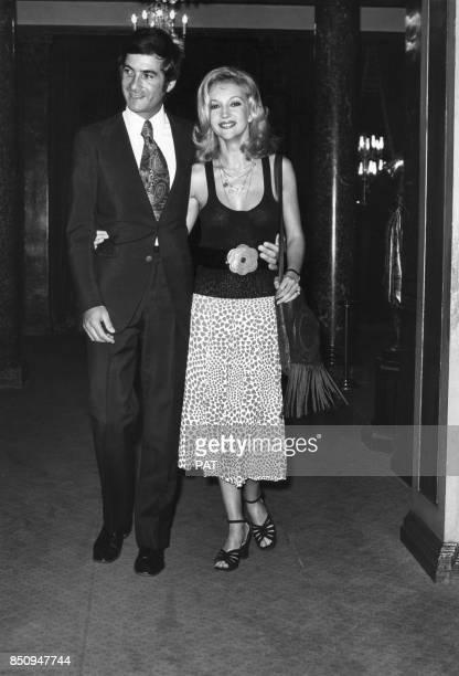 JeanClaude Brialy arrive avec Caroline Cellier au restaurant 'Laurent' le 18 août 1971 à Paris France