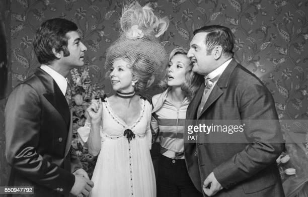 JeanClaude Brialy avec Jacques Charon dans la pièce 'Le Ciel de lit' avec à droite Caroline Cellier le 30 avril 1971 à Paris France