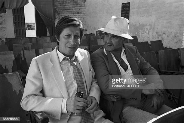 JeanClaude Brialy et Jacques Dutronc sur le tournage du film 'Sarah' réalisé par Maurice Dugowson à Séville Espagne en novembre 1982