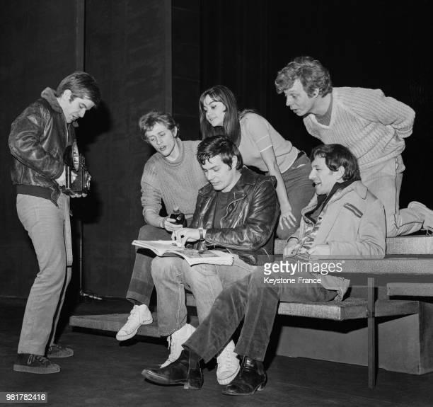 JeanClaude Charnay Robert Sireygeol Pierre Fabrice Paulette Forte Jean Sachot et Michel Lebret lors des répétitions de la pièce de théâtre...