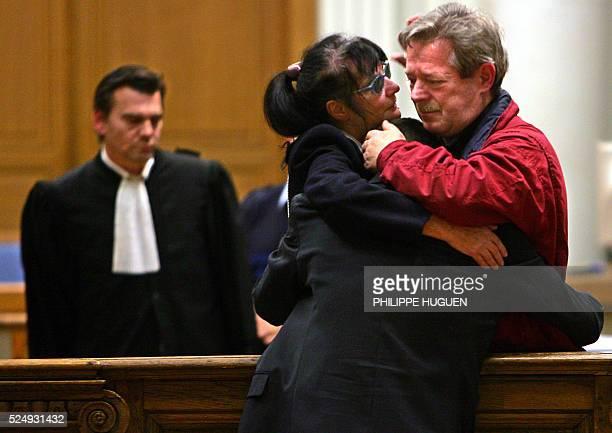 JeanClaude Godrie architecte de 57 ans qui avait tir�� en septembre 2002 sur son ��pouse Chantal Godrie embrasse sa femme devenue aveugle �� la suite...