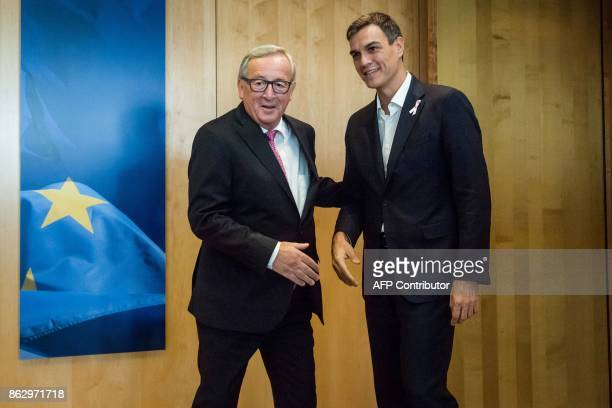 JeanClaude Juncker European Commission President shakes hands with Pedro Sanchez leader of the Spanish Socialist Workers' Party in Brussels on...