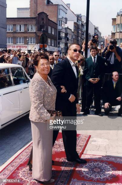 JeanClaude Van Damme et sa mère lors de son mariage à KnokkeLe Zoute le 26 juin 1999 Belgique