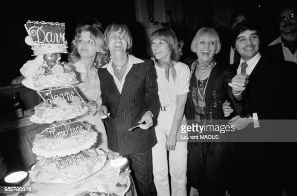 Jeane Manson et Dave à l'Olympia le soir de la première autour d'un énorme gateau avec aussi Thierry Le Luron et Annie Cordy le 12 avril 1977 à Paris...