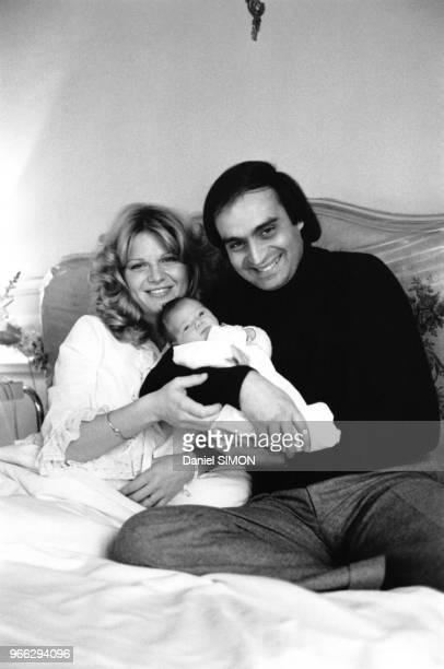 Jeane Manson et son mari Andre Djaoui lors de la naissance de leur fille Jennifer a la clinique de BoulogneBillancourt le 22 mars 1978 a...