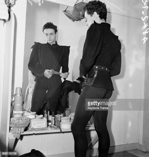 JeanLouis Barrault fixe son ceinturon avant de monter sur scène à Paris France en 1946