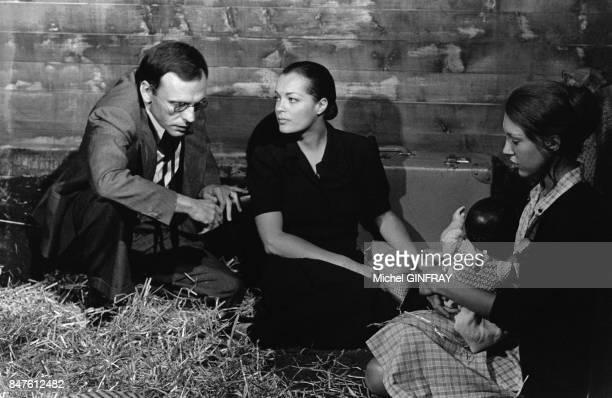 JeanLouis Trintignant Romy Schneider et Anne Wiazemsky sur le tournage du film de Pierre GranierDeferre Le Train en juillet 1973 en France
