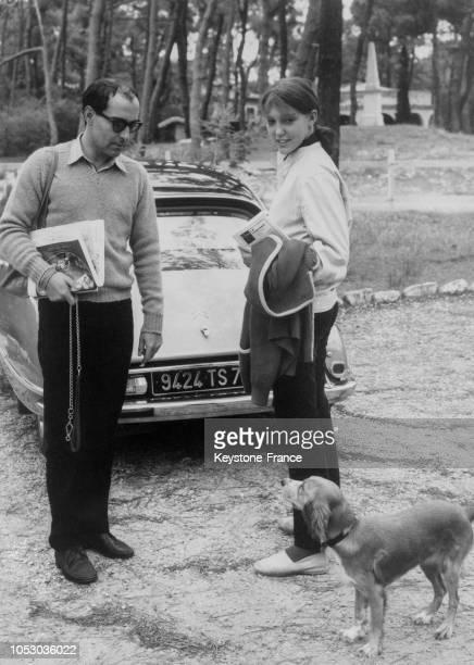 JeanLuc Godard et son épouse Anne au CapFerret France le 17 août 1967