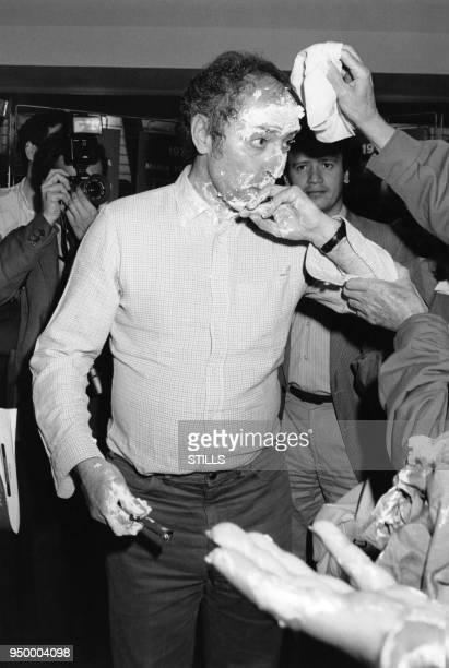 JeanLuc Godard réalisateur français se fait entarter dans les couloirs du Palais des Festivals à Cannes lors du Festival le 10 mai 1985