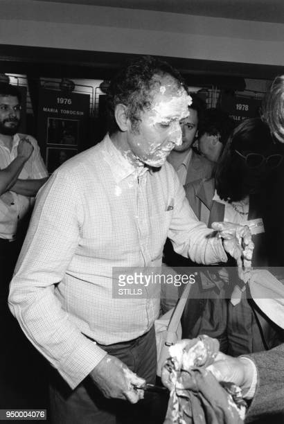JeanLuc Godard réalisateur français se fait entrater dans les couloirs du Palais des Festivals à Cannes lors du Festival le 10 mai 1985