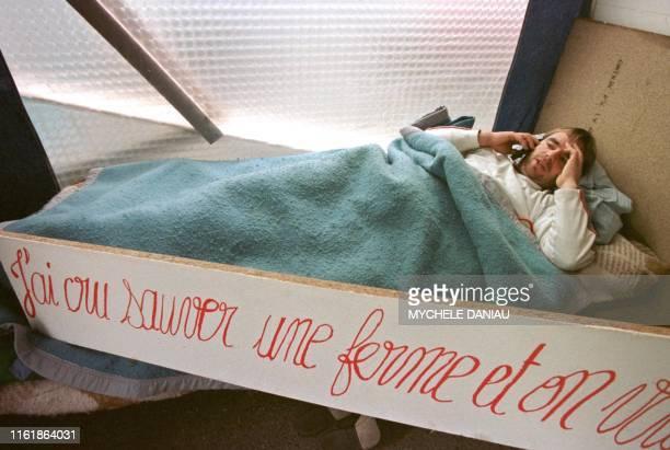 Jean-Marc Lohier, jeune agriculteur, téléphone, le 21 janvier 2000 à Saint-Sauveur-le-Vicomte, alors qu'il poursuit une grève de la faim entamée...