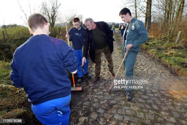 JeanMarie Leblanc directeur du Tour de France discute avec les élèves du lycée horticole de Raismes qui rénovent le 20 novembre 2002 à Walllers le...