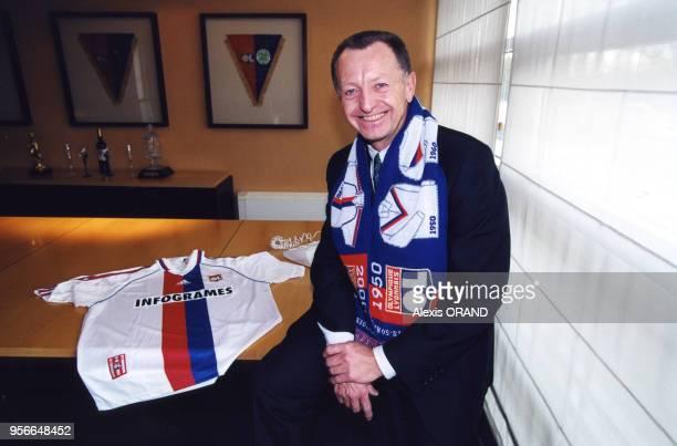 JeanMichel Aulas président du club de football l'Olympique lyonnais présente le maillot de l'équipe et l'écharpe commémorant le cinquantenaire du...