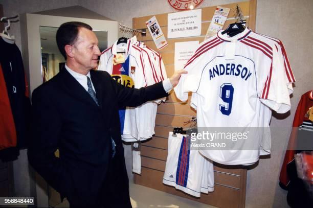 JeanMichel Aulas président du club de football l'Olympique lyonnais présente les maillots de l'équipe en avril 2000 Lyon France