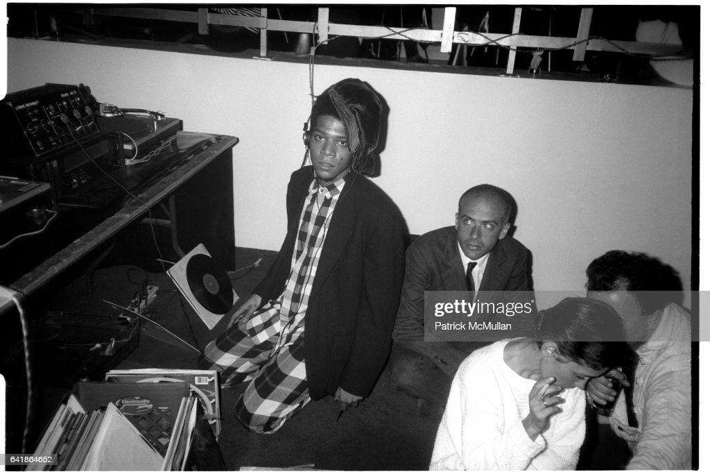 Jean-Michel Basquiat and Francesco Clemente at the Area party for Keith Haring's new store: the POP shop : Nachrichtenfoto