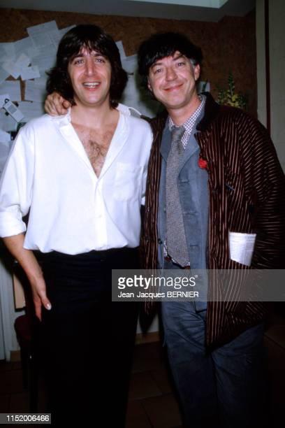JeanMichel Folon félicite Yves Duteil après son concert à l'Olympia le 4 janvier 1984 à Paris France