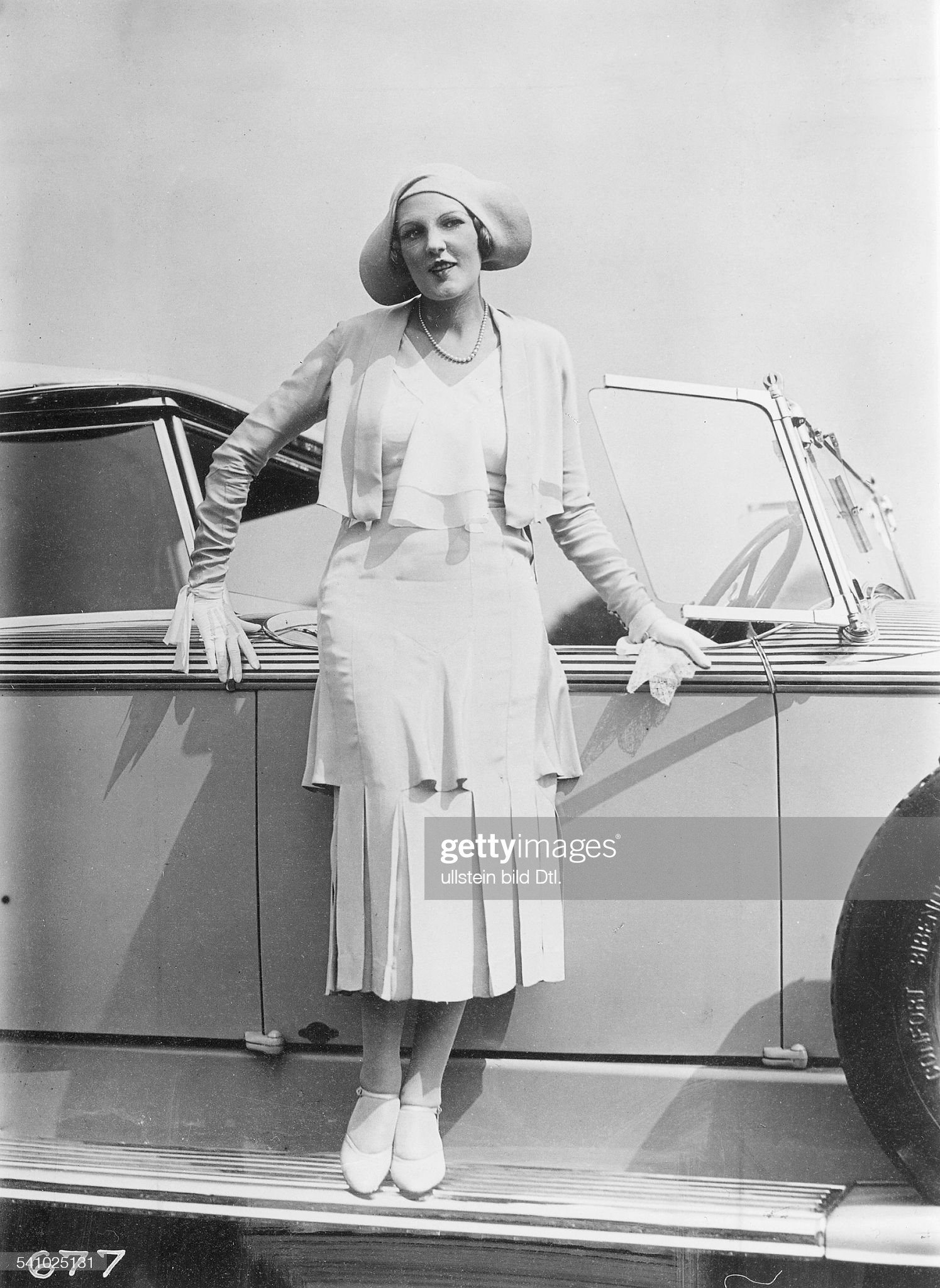 Jeanne Aubert, french dancer and actress. During a 'Car Beauty Contest' in Paris. Picture by Seeberger 1930 : News Photo