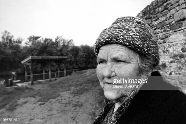 Jeanne Marie Le Calvé dite La Mère Denis figure emblématique de la publicité chez elle dans le village de Barneville en novembre 1978 France