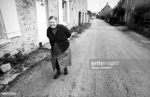 Jeanne Marie Le Calvé dite La Mère Denis figure emblématique de la publicité chez elle dans le village de Barneville en octobre 1976 France