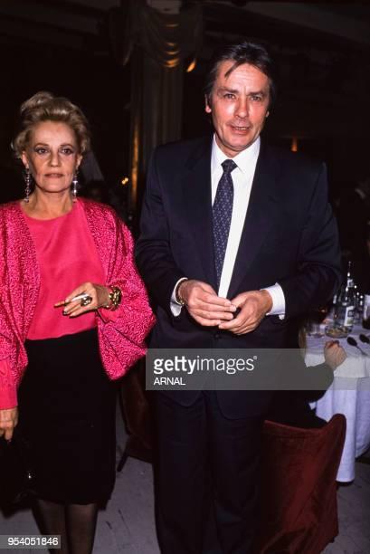 Jeanne Moreau et Alain Delon lors d'une soirée au Palace à Paris en novembre 1988 France