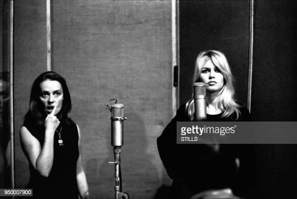 Jeanne Moreau et Brigitte Bardot lors de l'enregistrement de thèmes du film 'Viva Maria en 1965 à Paris France