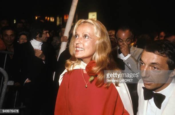 Jeanne Moreau lors de la présentation du film 'Chère Louise' réalisé par Philippe de Broca en veste blanche au Festival de Cannes en mai 1972 France
