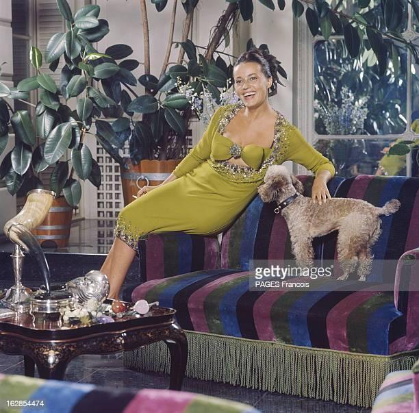 Jeanne Moreau Muse Of Pierre Cardin For 1964 Fashion Epanouie Jeanne MOREAU riant assise sur un canapé chez son compagnon Pierre Cardin à PARIS...