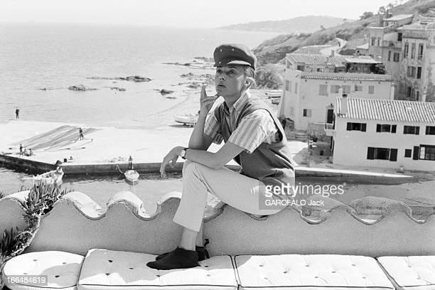 Jeanne Moreau Presents ' Jules Et Jim' Fashion In St Tropez France SaintTropez 13 avril 1962 dans la station balnéaire célèbre pour ses soirées...
