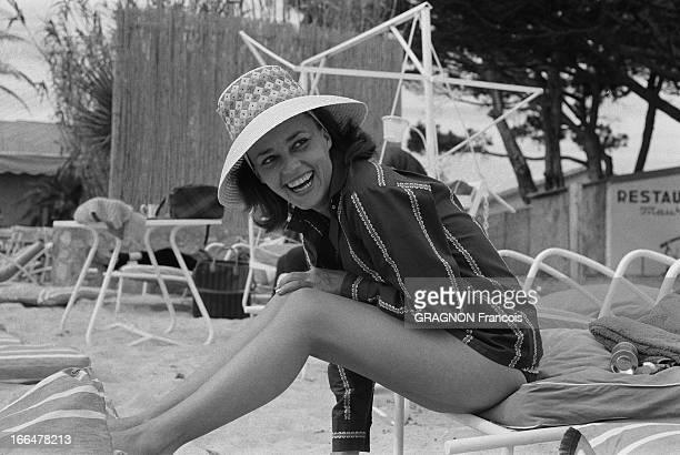 Jeanne Moreau Presents Vachon Fashion In SaintTropez SaintTropez mars 1961 le plus grand évênement de la 37e saison de Mme Vachon vient d'avoir lieu...