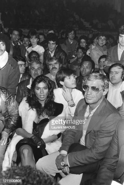 JeanPaul Belmondo accompagné de son fils Paul et de sa compagne Carlos Sotto Mayor assistent au combat de boxe opposant Angulo à Koopmans le 21...