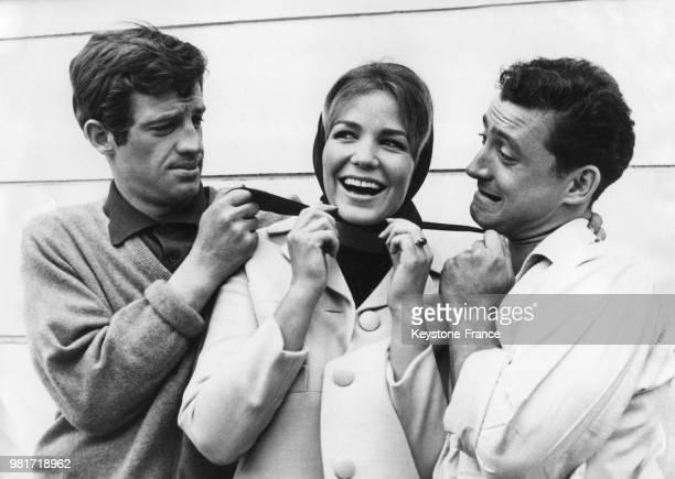 JeanPaul Belmondo Alexandra Stewart et Claude Brasseur entre deux prises sur le tournage du film 'Les distractions' réalisé par Jacques Dupont à...