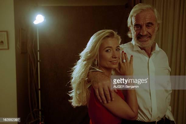 JeanPaul Belmondo And His Companion Nathalie Tardivel A Paris en décembre 1999 portrait style studio de JeanPaul BELMONDO barbu tenant contre lui sa...