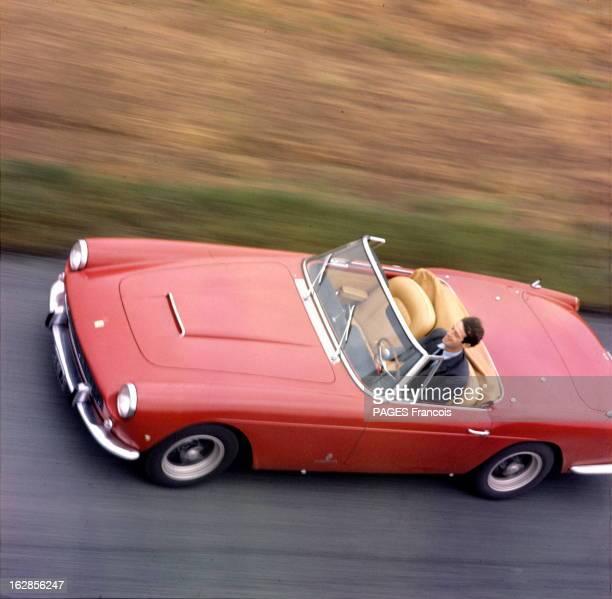 JeanPaul Belmondo And His Ferrari 250 Gt France octobre 1962 JeanPaul BELMONDO au volant de sa Ferrari 250 GT roulant à 200 km/h Photographie prise à...
