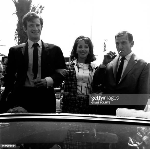 JeanPaul Belmondo Andrea Parisy et Lino Ventura les acteurs du film d'Henri Verneuil 'Cent Mille dollars au soleil' au Festival de Cannes en 1964 à...