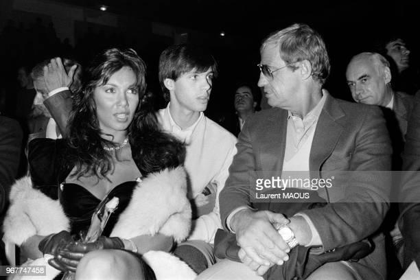 JeanPaul Belmondo avec son fils Paul et son amie Carlos Sotto Mayor assistent à un match de boxe le 21 novembre 1983 à Paris France