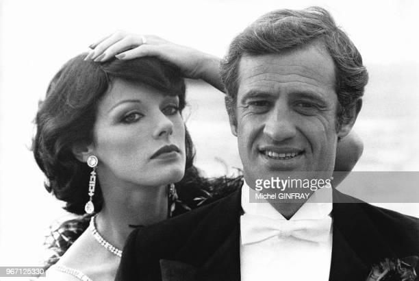 JeanPaul Belmondo et Annie Duperey sur le tournage du film 'Stavisky' réalisé par Alain Resnais le 18 octobre 1973 à Biarritz France