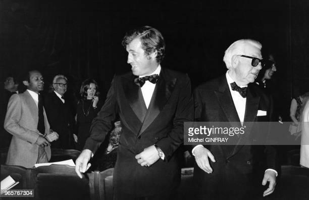 JeanPaul Belmondo et Jean Gabin lors de la soirée d'adieux de Louis Seigner à la Comédie Française le 25 avril 1974 Paris France