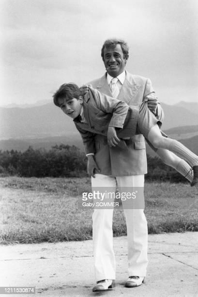 """Jean-Paul Belmondo et le jeune Rachid Ferrache dans """"l'As des As"""" en octobre 1982 à Munich en Allemagne."""