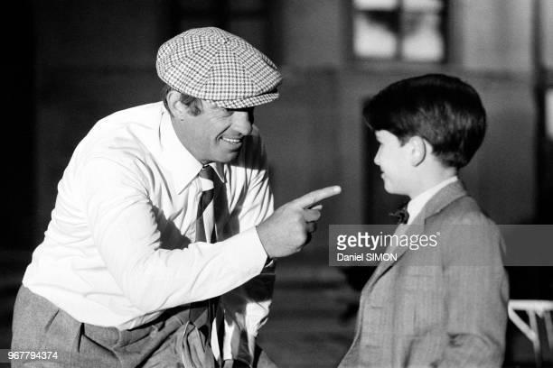 Jean-Paul Belmondo et le le jeune acteur Rachid Ferrache lors du tournage du film 'L'As des as' le 30 avril 1982 à Munich, Allemagne.
