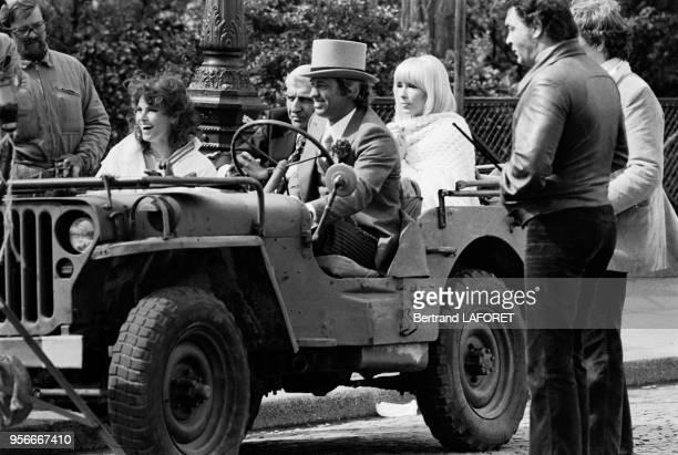 JeanPaul Belmondo et Raquel Welch en présence de leurs témoins Dany Saval et Charles Gérard quittent le SacréCoeur après leur mariage Paris le 3 mai...