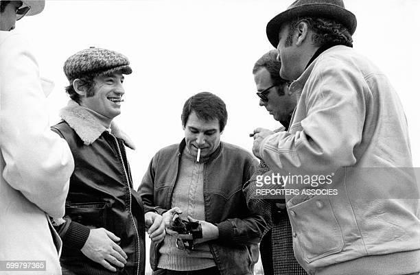 JeanPaul Belmondo et Robert Hossein sur le tournage du film 'Le casse' réalisé par Henri Verneuil en 1971 à Athènes Grèce