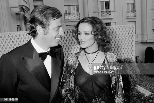 Jean-Paul Belmondo et sa compagne l'actrice Laura Antonelli au Festival de Cannes le 15 mai 1974 à Cannes, France.