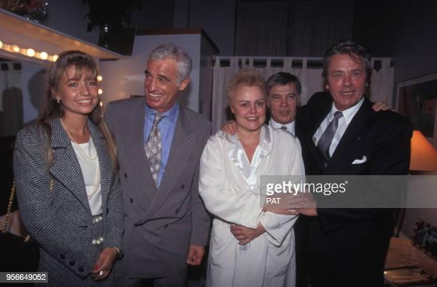 JeanPaul Belmondo et son amie Natty Guy Bedos et Alain Delon entourent Muriel Robin dans sa loge en novembre 1994 à Paris France