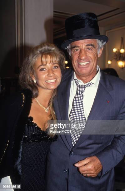 JeanPaul Belmondo fête ses 40 ans de carrière avec sa compagne Natty à Paris le 9 avril 1993 France