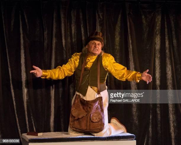 JeanPaul Farré sur scène interprète au Théâtre de Poche Montparnasse 'Voltaire Rousseau' de JeanFrançois Prévand mise en scène de JeanLuc Moreau et...