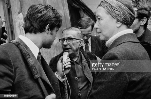 JeanPaul Sartre répond à un journaliste lors de la parution de son journal 'La cause du peuple' en octobre 1970 à Paris France